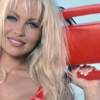 Pamela Anderson draagt strakke rode 'Baywatch'-badpakje nog regelmatig
