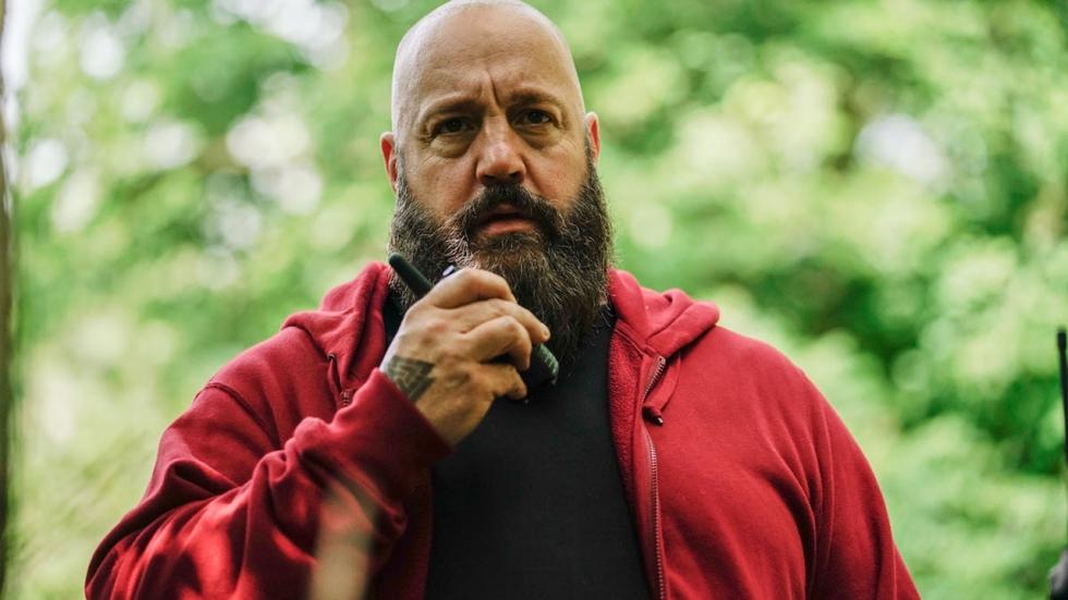 Knuffelbeer Kevin James is een gevaarlijke neo-nazi in deze 'Becky' clip
