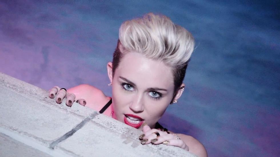 Miley Cyrus loopt halfnaakt over straat (foto)