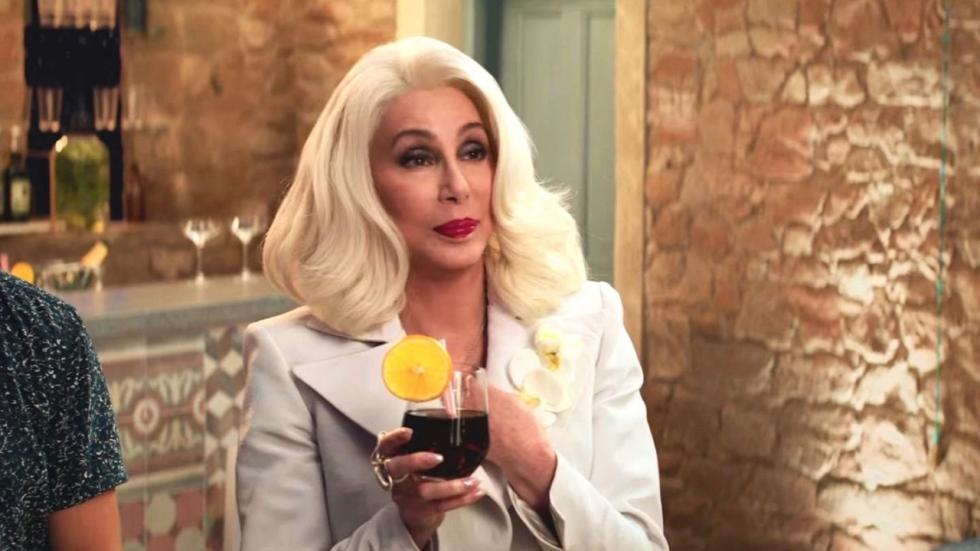 Cher (74) wil vrijwilligerswerk doen bij postkantoor; wordt keihard geweigerd