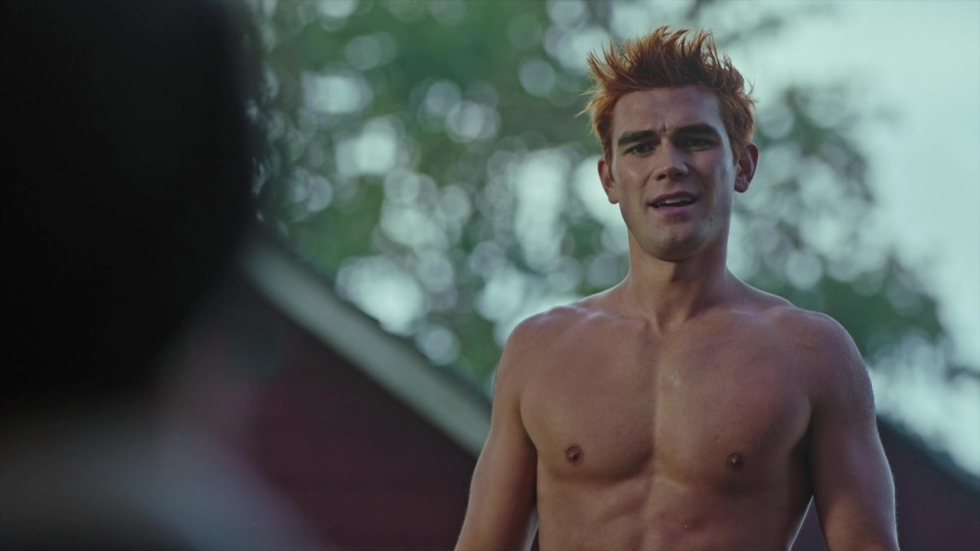 'Riverdale'-ster zont topless op nieuwe Insta-foto