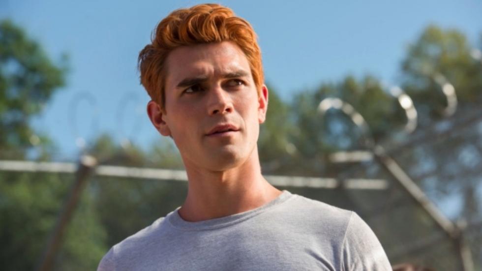 'Riverdale'-acteur deelt zwoele foto's van zijn extreem knappe vriendin