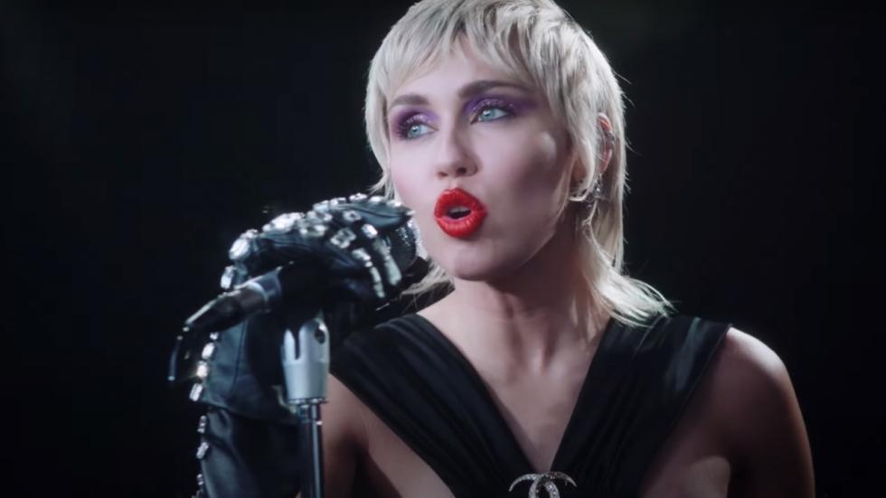 Miley Cyrus te zien in latex pakje in Insta-video