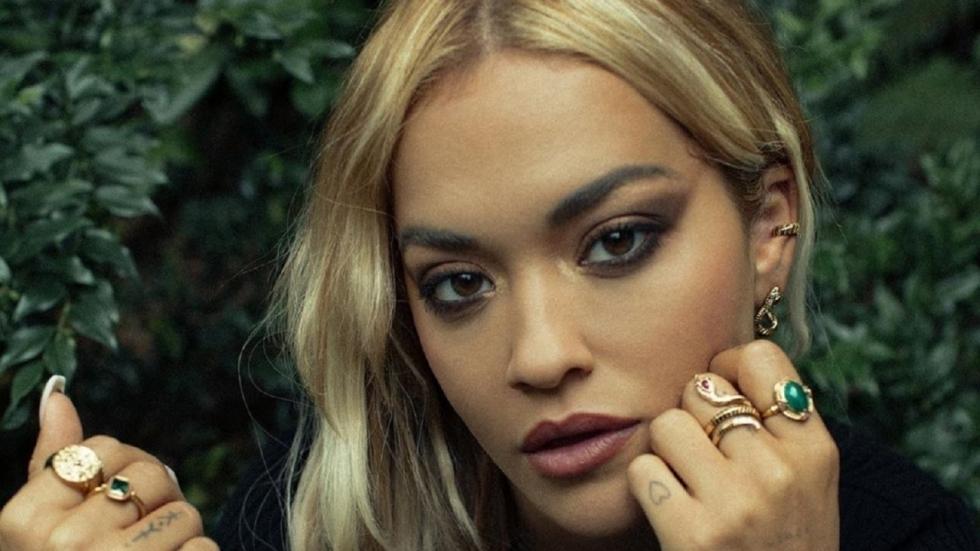 Rita Ora in speels kort jurkje op Insta-foto's
