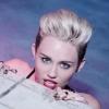 Miley Cyrus trekt opnieuw al haar kleren uit