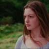 Anne Hathaway toont decolleté op Insta-foto's