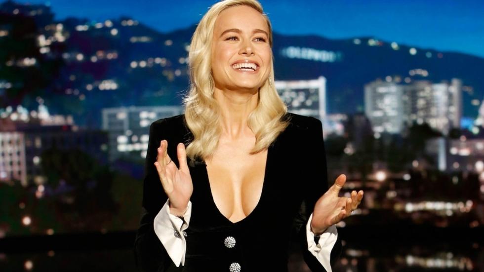 Marvel-actrice Brie Larson trekt haar truitje naar beneden