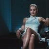 Sharon Stone imiteert legendarische 'benen uit elkaar'-scène Basic Instinct