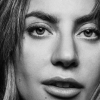 Lady Gaga lekker aan het sporten in een zeer luchtig tennispakje
